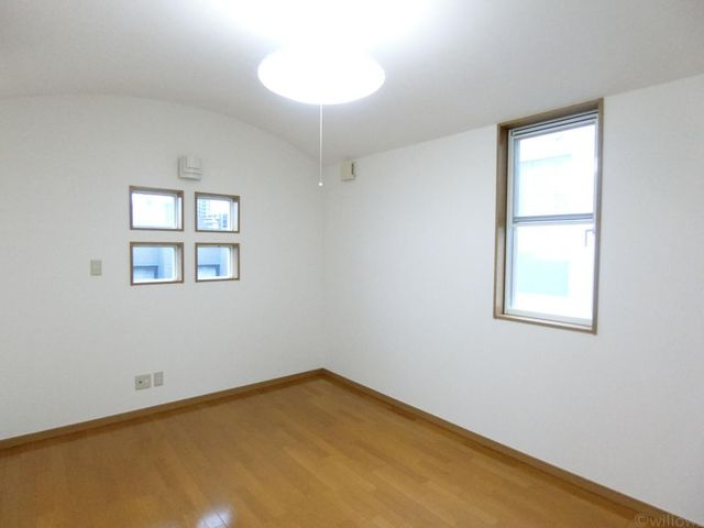 天井高があり開放感のある洋室です。形もキレイで使いやすい間取りです。