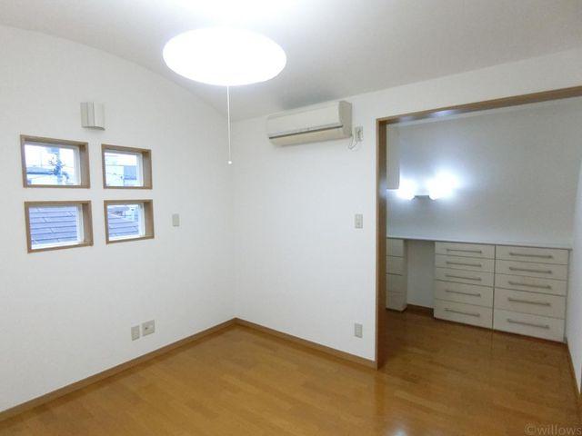 奥には収納スペースがあります。広さを贅沢に使ったお部屋です。