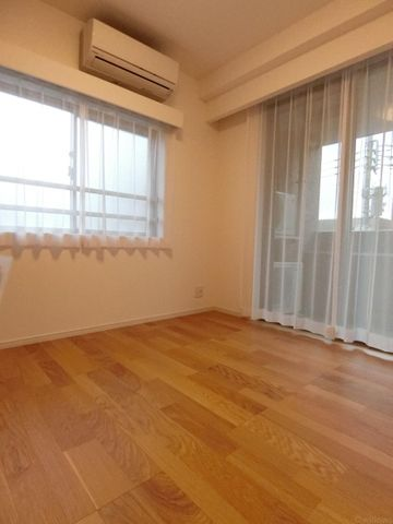 5.1帖の洋室は東・南の2面採光で、開放感があり気持ちがいいお部屋になっております!