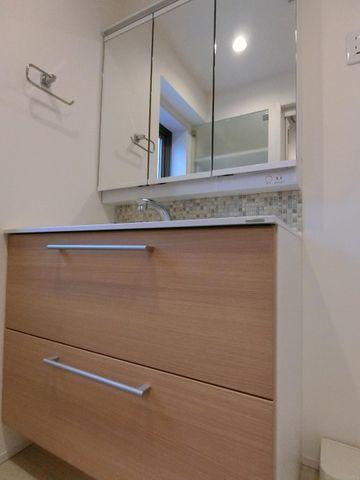 三面鏡の裏にも収納できる便利な洗面台です!木目調のあたたかみのあるデザインが素敵ですね。