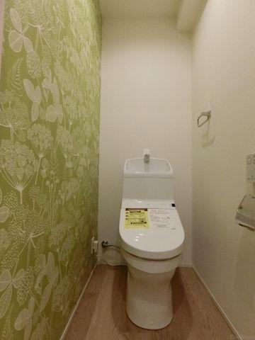 花柄のアクセントクロスがかわいらしく、清潔感を感じさせるトイレです!
