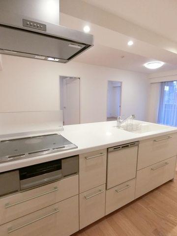 キッチンは食洗器付きで、忙しい家事の時短を助けてくれます。