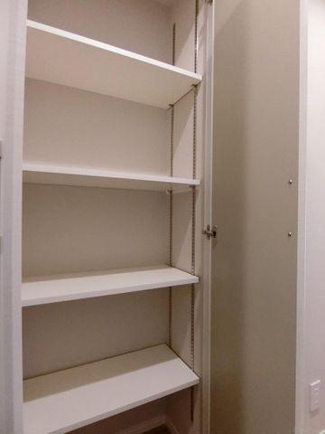 洋室に備え付けられている棚は色々収納できて便利そうですね。