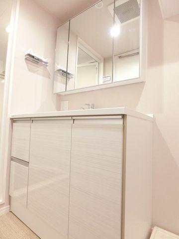 三面鏡の洗面台は少し広めに作られており、鏡の裏側にもたくさん収納できます!
