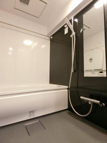 アクセントクロスがおしゃれなバスルームです。