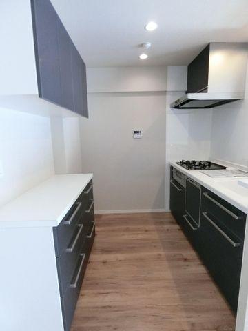 カップボードも完備されており、広々とお使い頂けるキッチンです。
