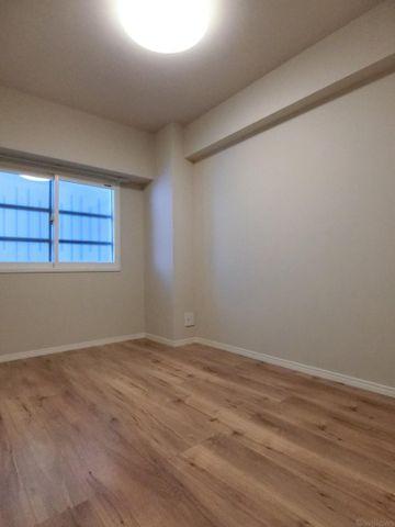4.2帖の洋室です。梁が少なく広く見えますね。