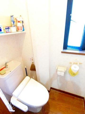 温水洗浄機能付きのトイレは、窓が付いており換気性もばっちりです。手洗い器一体型のトイレで場所をとらないのも嬉しいですね。