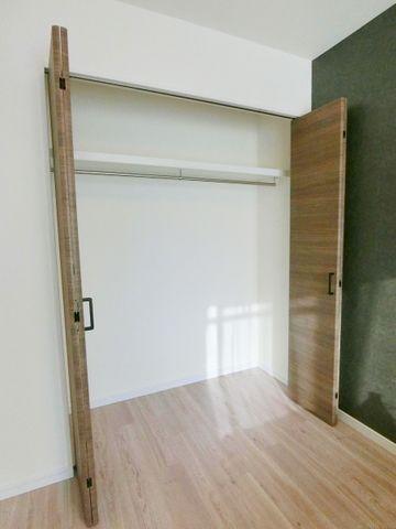 寝室には十分な収納スペースを確保されています。お部屋を広々とお使い頂くための工夫がところどころに凝らされています。