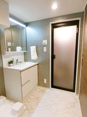 洗面室は広めに作られており、家事や生活の銅線をゆとりがあり使いやすいものにしてくれます。