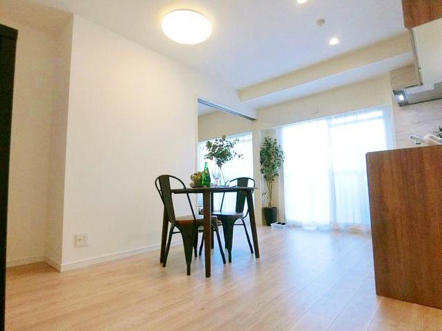 デザインリフォームされた室内は高級感が漂う雰囲気になっております。リフォームで付加価値をプラスし、ただの住まいではなく癒しのある空間に仕上がっております。