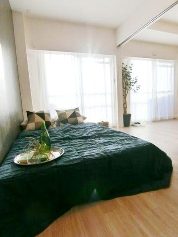 間仕切りを開けると開放感のあるワンルームとしてもお使い頂けます。ライフスタイルによって姿を変える家は、いつでも安心できる空間です。