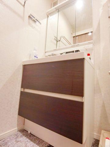 三面鏡の中やベースキャビネットには収納スペースもたっぷり。手入れしやすい洗面台なので、お掃除もらくらくです。広々とした空間なので、身だしなみチェックや肌のお手入れに最適です。