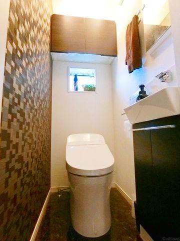 場所をとらないすっきりとしたタンクレストイレ。裏に水垢が溜まりにくい仕様は昨今のトレンド。お掃除もしやすく、より快適な生活を享受できます。
