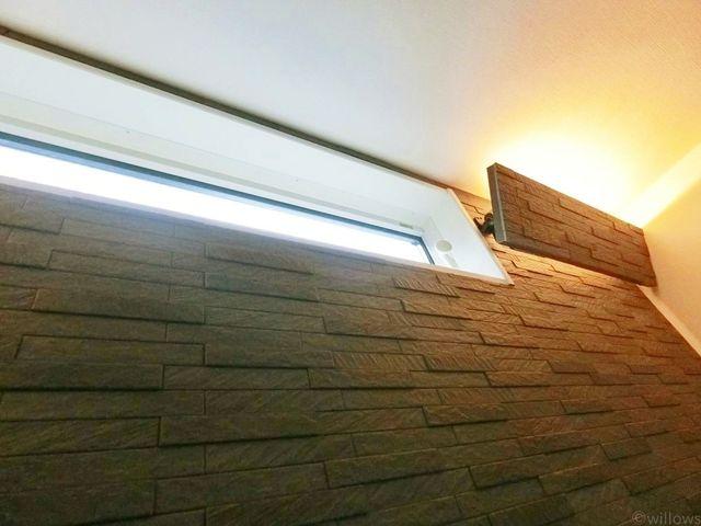 湿気やにおいに強いエコカラットを贅沢に使用。高級感のあるデザイン性も兼ね備えており、間接照明とともに、住みよいくつろぎの空間を演出します。