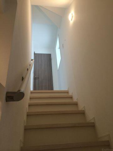 階上へとつながる階段には採光のための窓を完備。暗くなりがちな場所にも光が差し込み常に明るい空間を演出してくれます。
