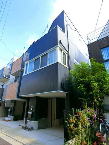 青い空に映えるシンプルでシャープなフォルムの外観。誰にも誇れる堂々とした佇まい。行き交う人々の目を惹くデザイン性の高い邸宅となっております。美しい街並みと穏やかな住環境が魅力です。