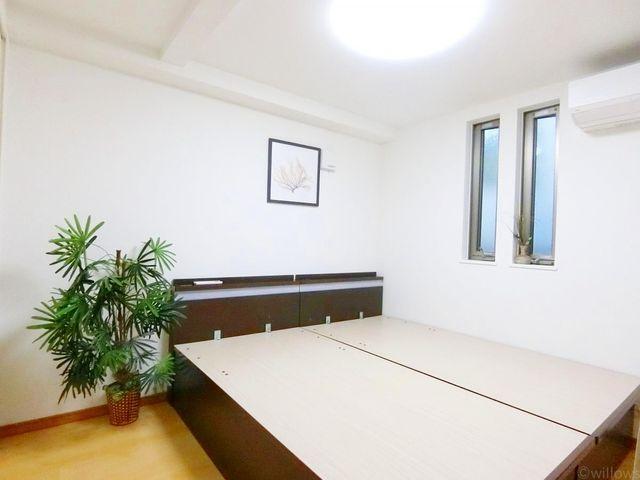 1階の6帖の洋室にもしっかり窓がついており、日が入ってきます。6帖の形の良いお部屋は寝室としてはもちろん、さまざまな用途が浮かびますね。