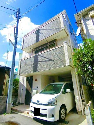 平成28年築、こだわりの注文住宅です。道路を南側に接道しており、明るく日が当たっているのがわかりますね。東中野の住宅街は閑静ながらも、新宿に利便性が高く人気のエリアです。