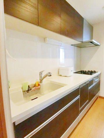キッチンは大変きれいに使われており、そのままお使い頂けます。木目調のあたたかみのあるデザインで、収納力もばっちりです。