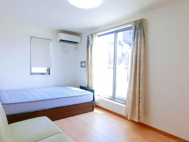 3階の主寝室は7.2帖で広ゆったりとお過ごし頂けます。東・南の2面採光で、朝の気持ちのいい光をたっぷり届けてくれます!