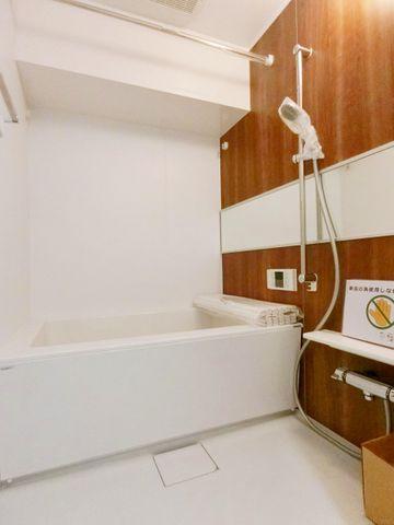 清潔感と和らぎを表現したアクセントパネルで、ゆったりお使い頂けるバスタブが心地よさをもたらします。