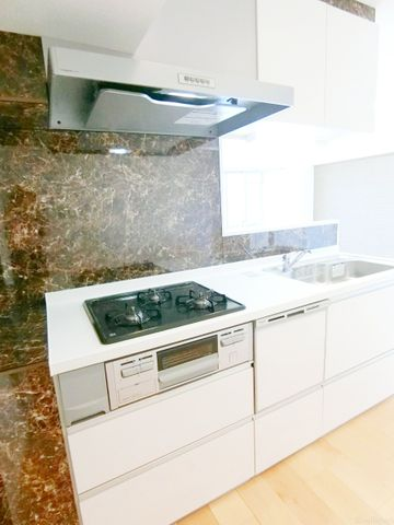 リビングと一体化した対面キッチンは、ご家族を優しくつなぎます。食洗器も完備されているため、家事の時間を減らし家族との時間を充実させてくれます。