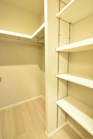空間を利用した大きな収納。ベビーカーやゴルフバッグ、掃除機等かさばるものを収納するのにとても便利です。可動式の棚になっているので、本棚としても利用できます。