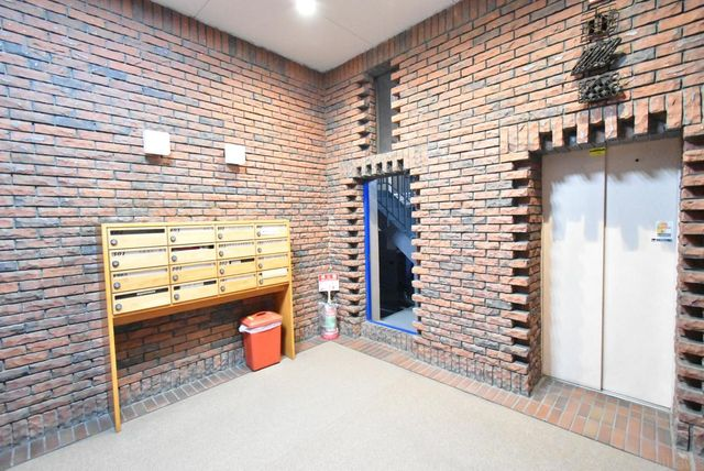 ヴィンテージマンションのよい雰囲気の漂うエントランス。隅々まで清掃されたキレイな共用部は管理体制の良さが伺えます。