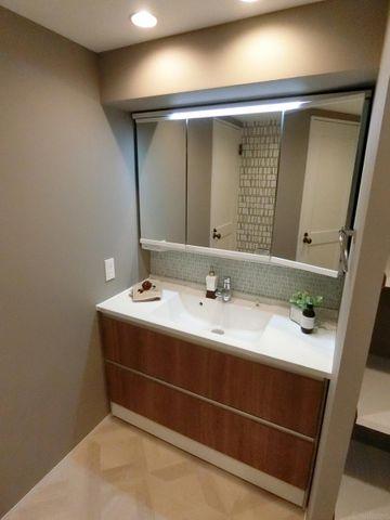 3面鏡付きの独立洗面台でございます。
