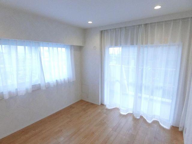 6.6帖の洋室は2面採光となっております。