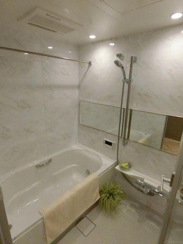1418サイズの浴室です。足を伸ばしてゆっくりと疲れを癒すことができますね。