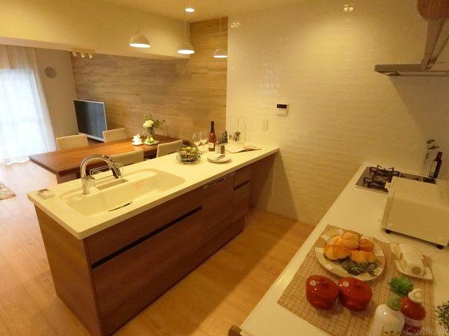 リビングを見渡せるキッチンです。スタイリッシュですが、収納もたっぷりございますので実用性も兼ね備えております。