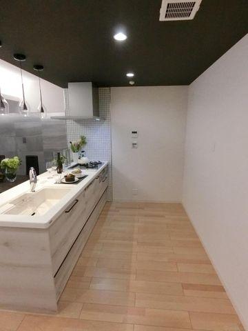 約1.5mの奥行きがあり、食器棚や冷蔵庫が楽々配置できます。