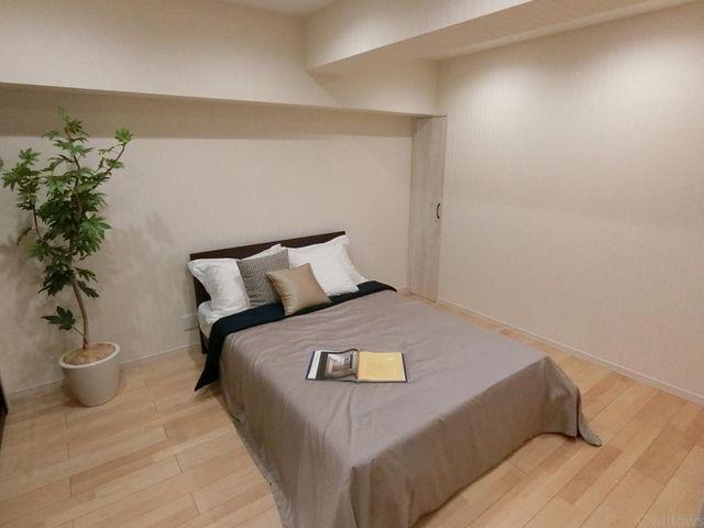洋室(約8.1帖)一番広く、ダブルベッドが置けますので、主寝室としてご活用頂けます。
