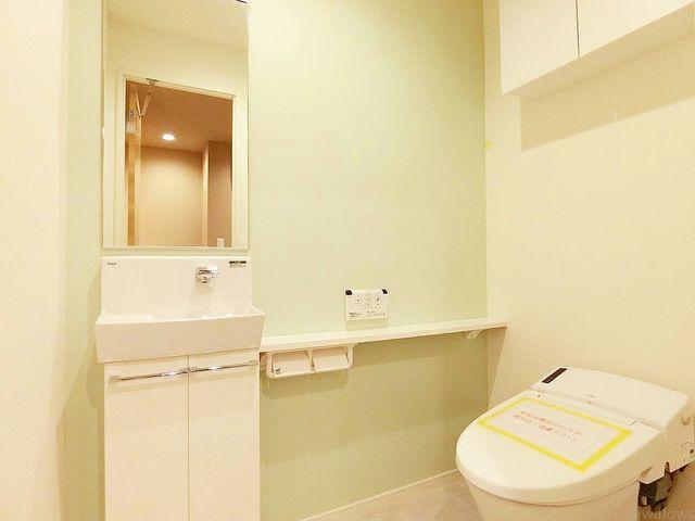 いつも清潔な空間であってほしいトイレには、汚れをふき取り易いフロアと壁紙を採用。お気に入りの絵画を飾ったり、工夫次第で素敵な空間になります。より快適にご利用頂くために、ウォシュレットタイプを採用。