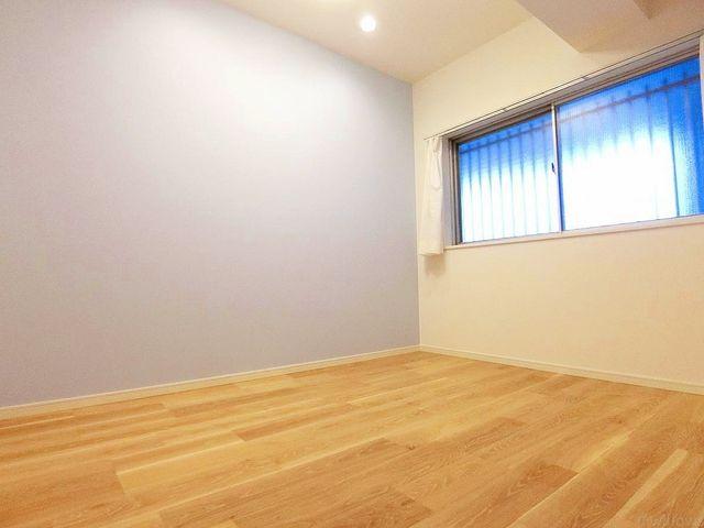 壁紙にはアクセントクロスを採用。この一面だけを、将来的に着せ替えのように変更も可能。お子様のお部屋、書斎、ゲストルーム等、汎用性の高いお部屋でありながら、プライベートな時間を満喫できる個室にも。