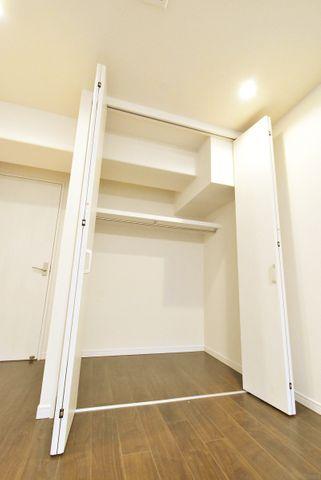 家庭にひとつあるとうれしい大型収納。ベビーカーやゴルフバッグ、掃除機等かさばるものを収納するのにとても便利です。
