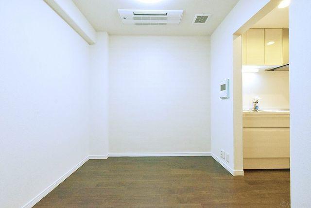 キッチンと独立したダイニング。ローズテーブルとソファを置いてゆったりくつろげる空間にできます。