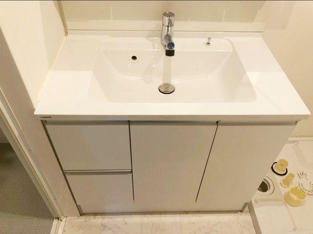 スタイリッシュなデザイン性の高い洗面台。3面鏡も付いて機能的な洗面台です。