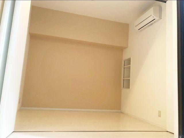 B1階の洋室は梁が少なくキレイな形。家具の配置にも困りません。