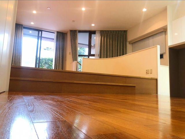LDK内は高低差を設けて、空間をスタイリッシュに演出。遊び心のあるお部屋は時と共に深みが増します。