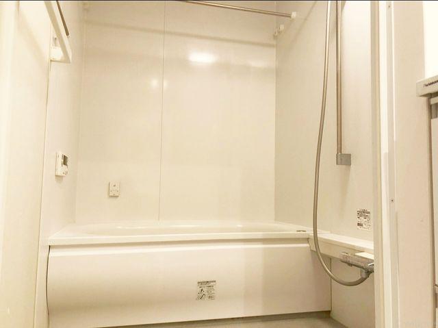 白で統一されたバスルームは清潔感を感じさせてくれます。追焚機能&浴室換気乾燥機能付き。多機能な浴室は嬉しいですね。