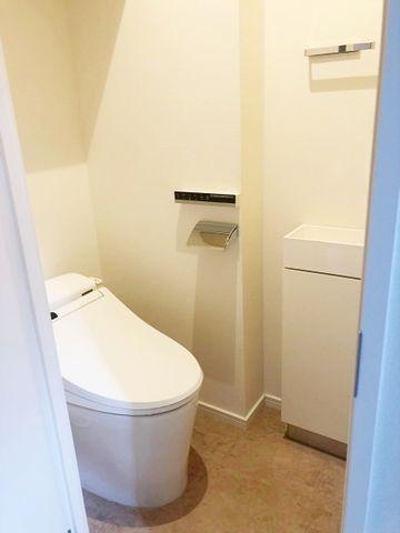 トイレはウォシュレット完備。嬉しい手洗いカウンターも設置済。