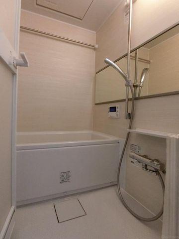 もっとお風呂が好きになる。お風呂に求める「心地いい」という瞬間のために使いやすさと上質な質感を両立するアイテムを備えた空間を演出。浴室暖房乾燥機能付きのオートバス。