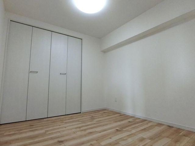 一日の半分を過ごすベッドルーム。充分な収納スペースを確保しており、居室内に余計な家具を置く必要がないので、シンプルですっきりとした暮らしを実現。