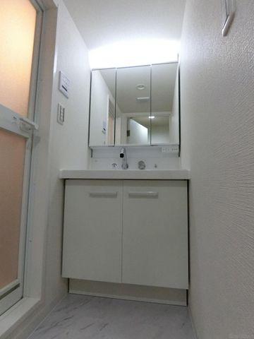 鏡の中やベースキャビネットには収納スペースもたっぷり。手入れしやすい洗面台なので、お掃除もらくらくです。広々とした空間で、身だしなみチェックや肌のお手入れも快適に。