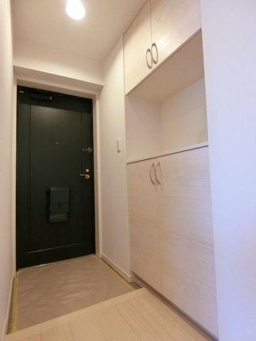 収納多数の玄関はお帰りの際も温かく迎え入れてくれるそんな雰囲気の玄関です。