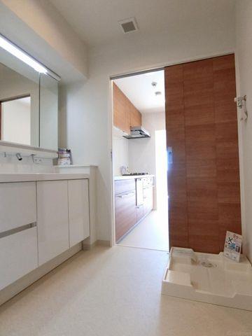 キッチンから出入り可能な洗面所は家事動線をしっかり考慮した間取になっております。
