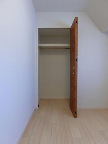 各洋室に収納は完備されておりますのでどの居室も用途は自由に使いやすくなっております。
